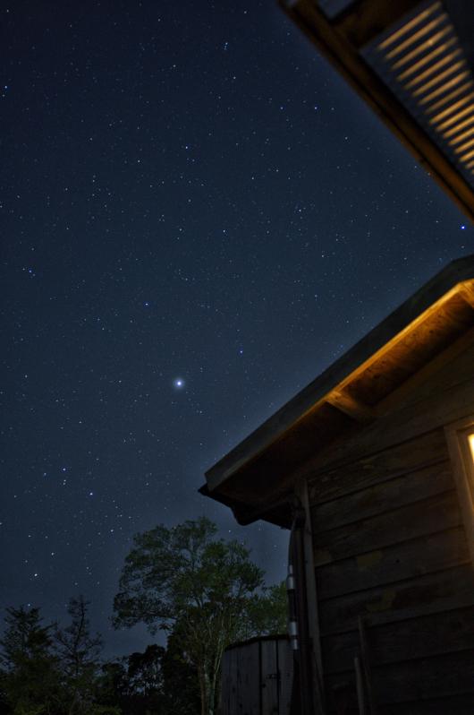 房総フィールド 小屋と木星とさそり座