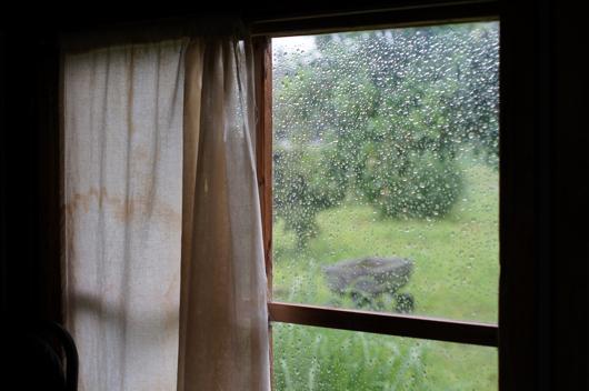 雨、窓、小屋