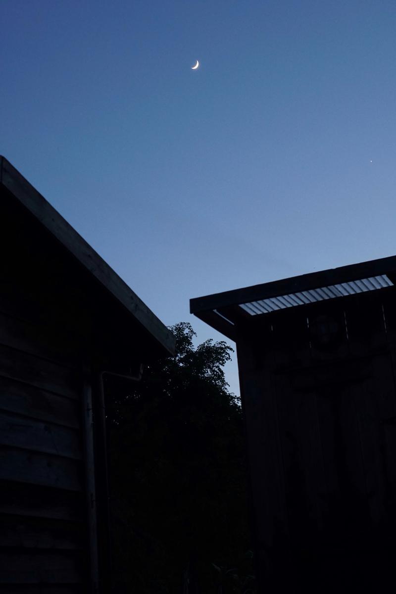 小屋と三日月