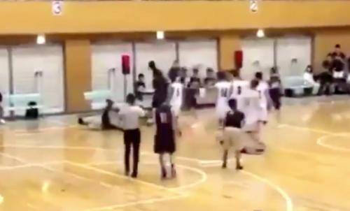 【競馬板】高校バスケットの試合中、留学生選手が審判をぶん殴り退場