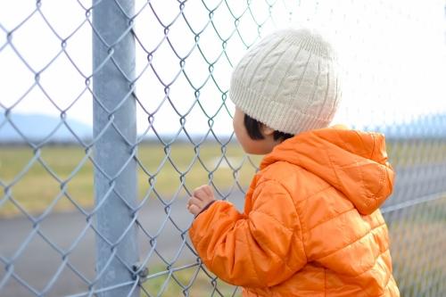 飛行場の子とフェンス