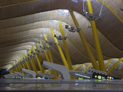 夜の空港ターミナル