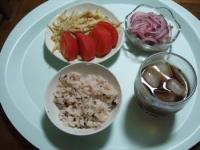 7/3 夕食 鯖缶と紫玉ねぎのマリネ、もやしの玉子炒め、トマト、雑穀ご飯、麦茶