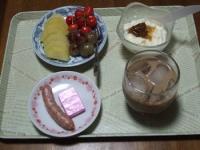 7/5 朝食 キウイ、さくらんぼ、巨峰、ウィンナー、豆乳ヨーグルト+梅ジャム、鉄チーズ アイスカフェオレ