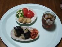 7/5 昼食 チキンナゲット、トマト、キムチ、ツナ缶の炊き込みご飯おにぎり、麦茶