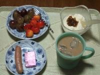7/6 朝食 さくらんぼ、巨峰、ウィンナー、豆乳ヨーグルト+梅ジャム、鉄入りチーズ アイスカフェオレ