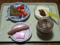 7/7 朝食 キウイ、さくらんぼ、ウィンナー、鉄入りチーズ、豆乳ヨーグルト+梅ジャム、アイスカフェオレ