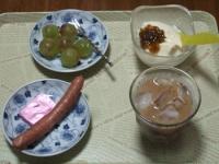 7/8 朝食 巨峰、ウィンナー、豆乳ヨーグルト+梅ジャム、鉄入りチーズ アイスカフェオレ