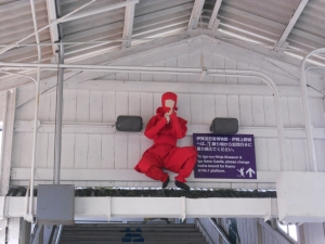柘植駅ホームの忍者の飾り1