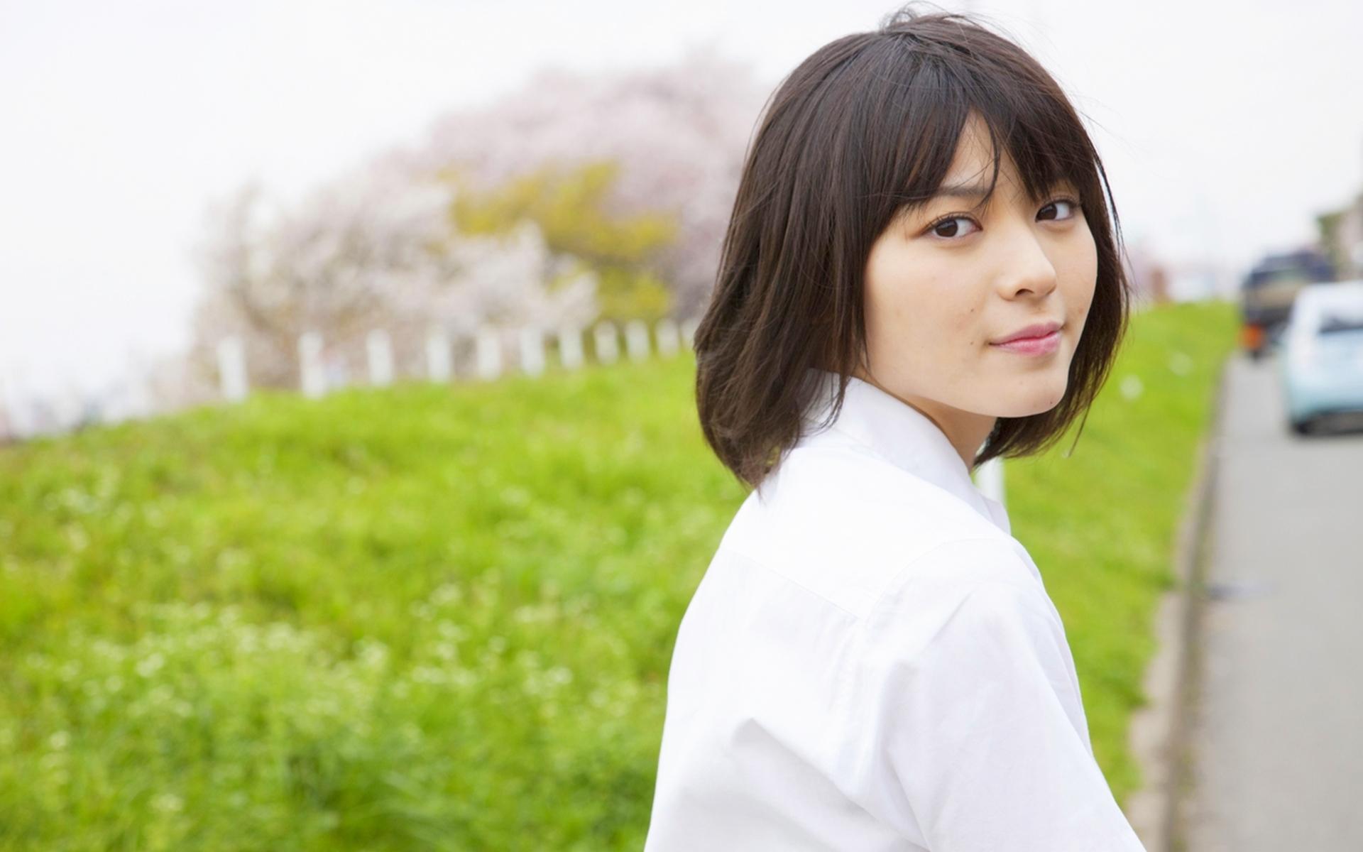 制服コレクション 青系のCHECKのスカート 土手 桜の木 矢島舞美