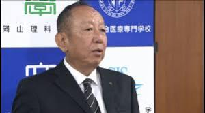 記者会見する加計孝太郎理事長