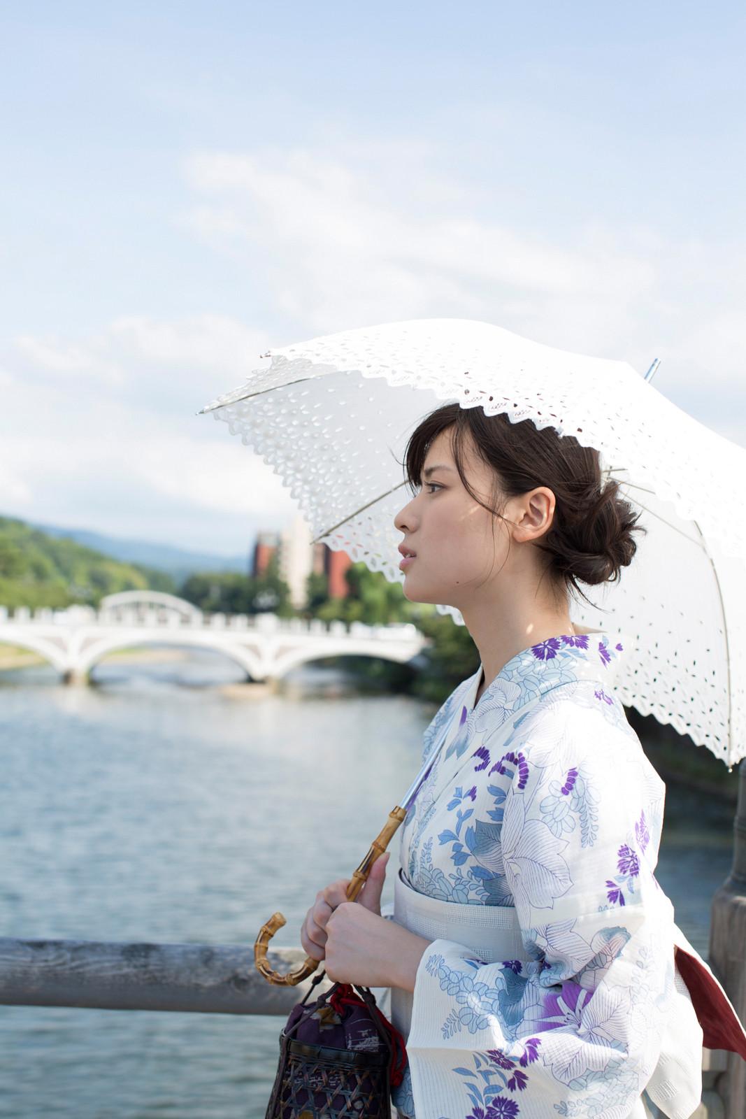 白地に紫のお花の浴衣 白のレースの傘 矢島舞美 橋の上 1