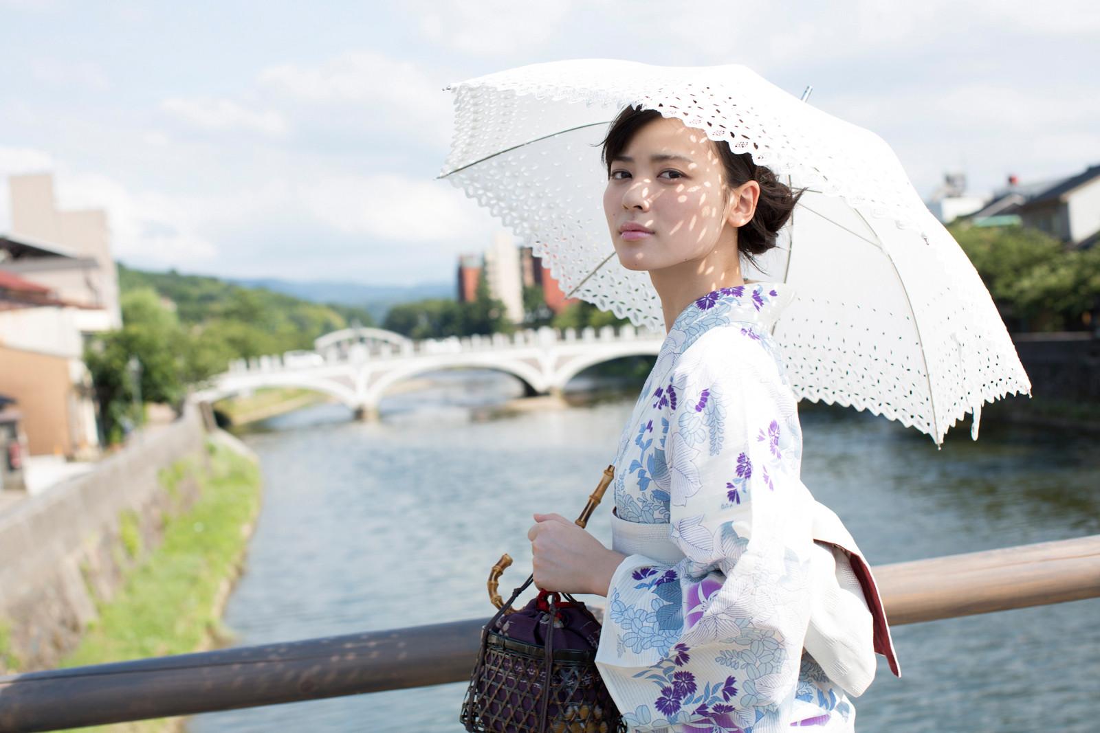 白地に紫のお花の浴衣 白のレースの傘 矢島舞美 橋の上 2