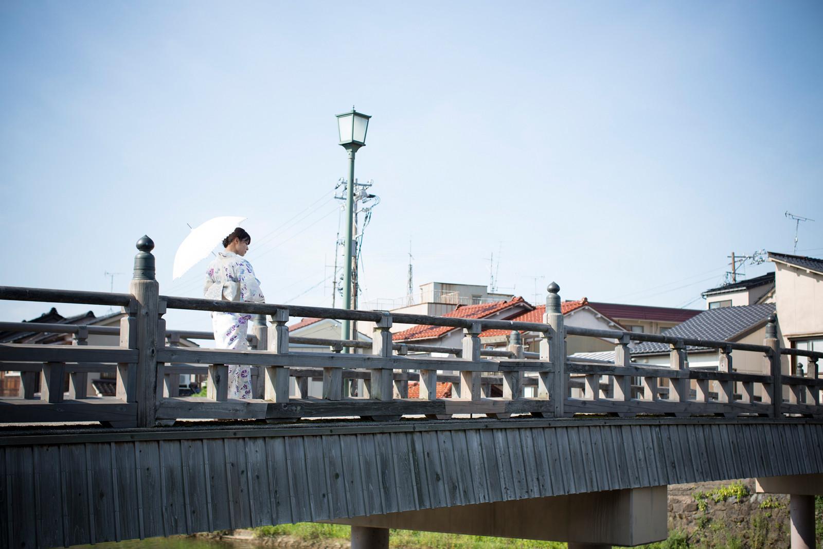 白地に紫のお花の浴衣 白のレースの傘 矢島舞美 橋の上 3