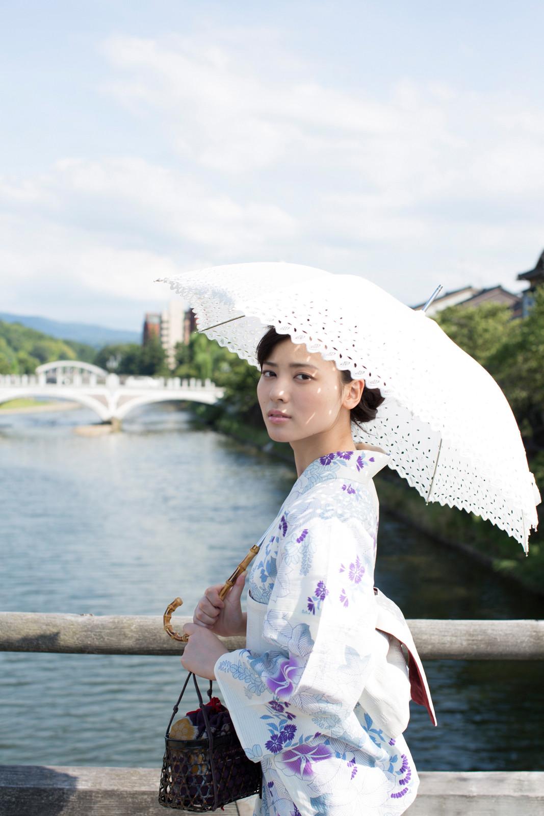 白地に紫のお花の浴衣 白のレースの傘 矢島舞美 橋の上