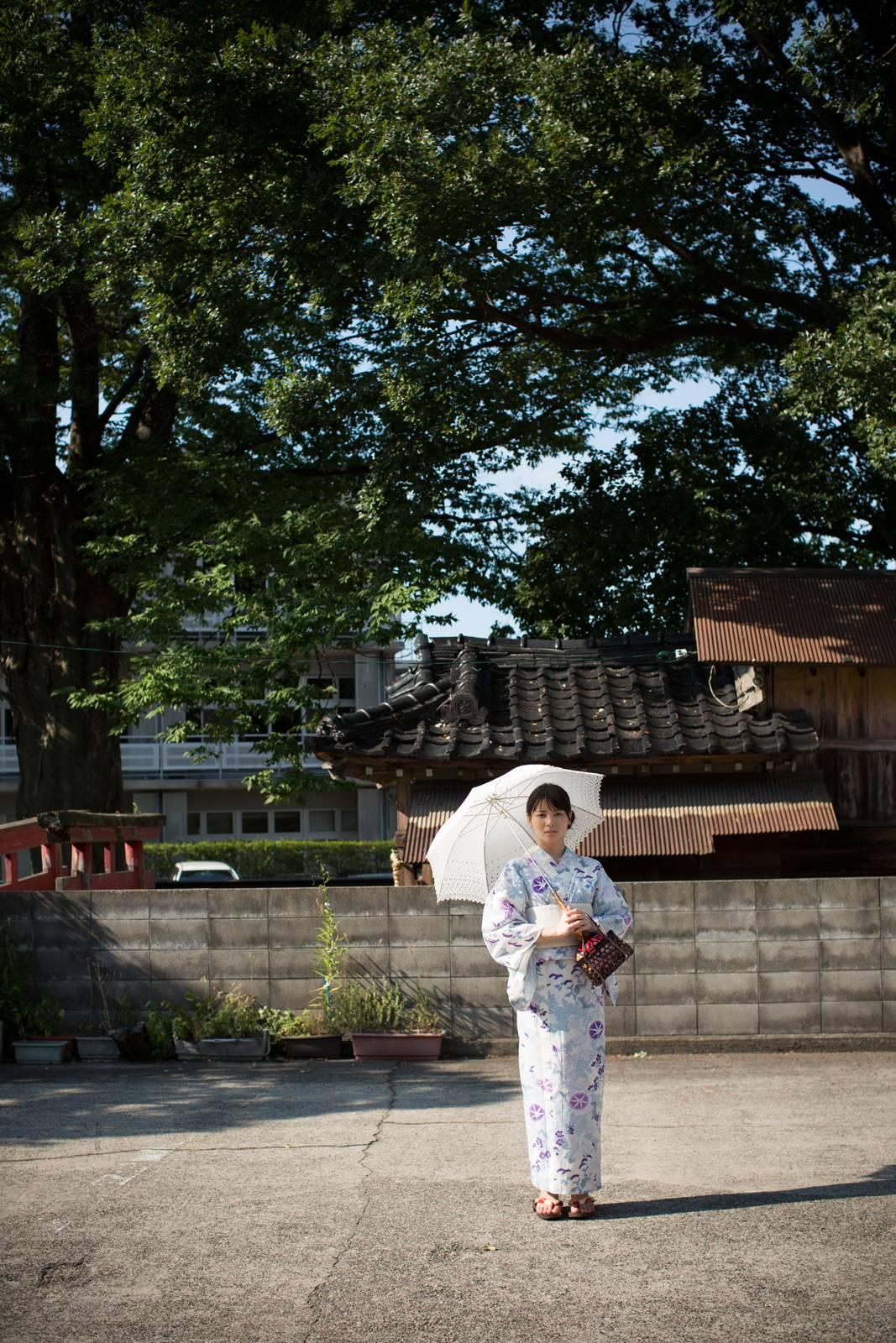 白地に紫のお花の浴衣 白のレースの傘 矢島舞美 神社の駐車場?