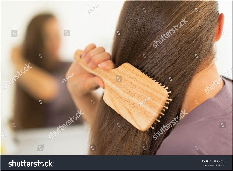 くしで髪をとかす
