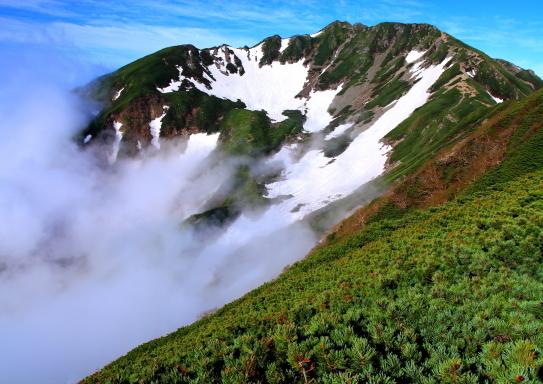 001-霧流れる残雪の仙丈ヶ岳