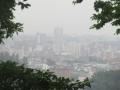 霧に煙る街