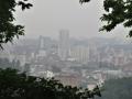雨降る山と街