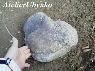 180223花壇の大きな石ハートちゃん