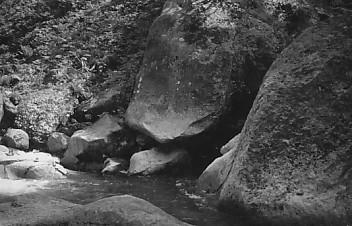 犀瀧巨岩を通る
