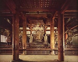 東大寺三月堂内部