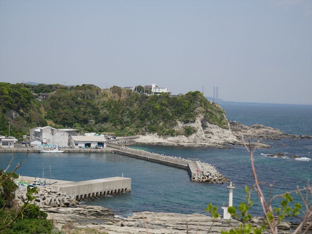 灯台脇から望む間口漁港_2