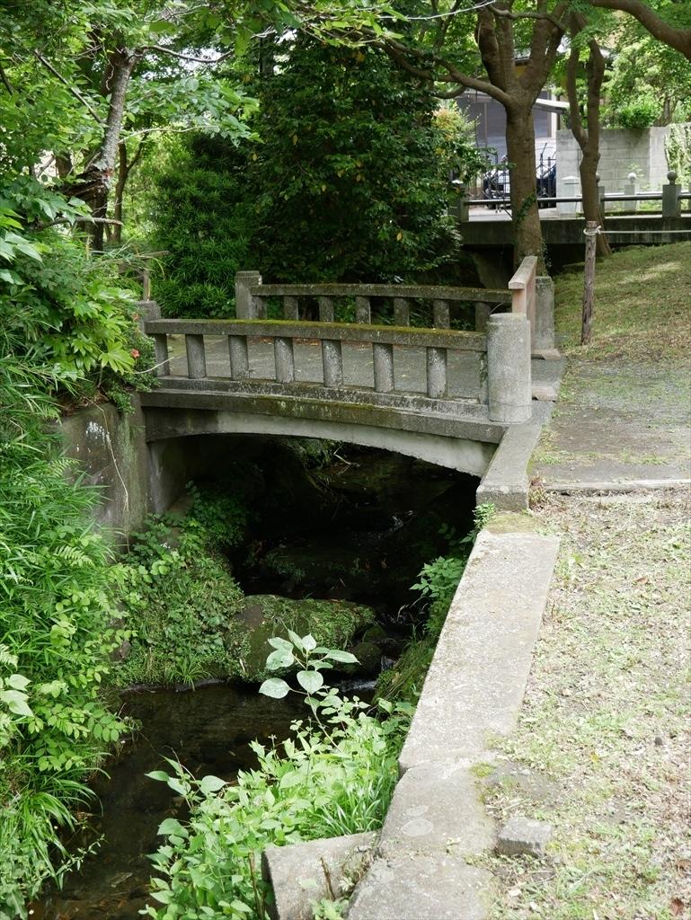 明月院に向かう道筋には小さな川が_1