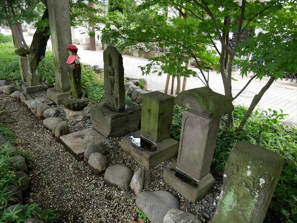 石の塔が立ち並ぶ_2