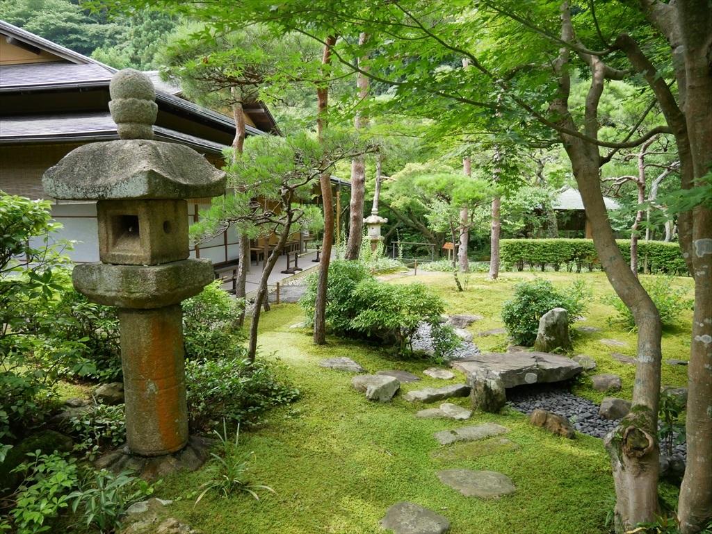 そのアプローチから庭園を見た様子_1