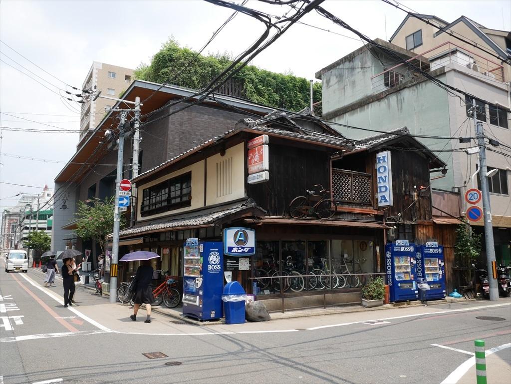 町屋を改装した自転車店
