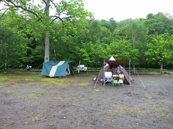 モラップキャンプ場 T.P.クレスト なぜに真横に建てる
