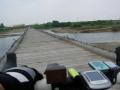 180609流れ橋を押し歩いて渡り左岸の自転車道へ戻る