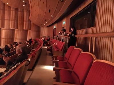 席の後ろにカメラの人が2人。悪い予感・・・