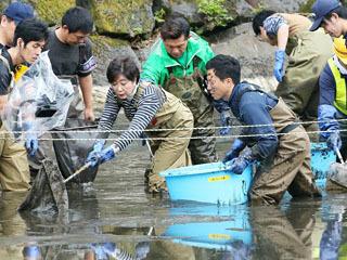 「池の水ぜんぶ抜く」ロケに参加した小池都知事