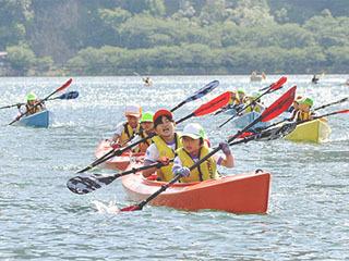 学校前からカヤックで琵琶湖に漕ぎ出したマキノ東小児童