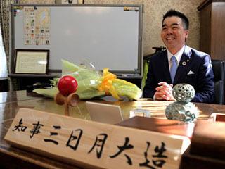 選挙後初登庁した三日月大造知事