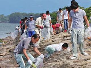 長浜湖岸で行われて一斉清掃
