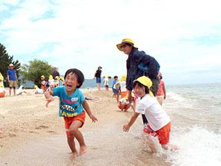 浜開に招待されて水遊びする園児達