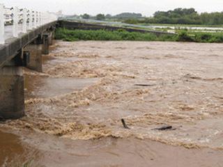 激しい雨による増水で濁流になった姉川
