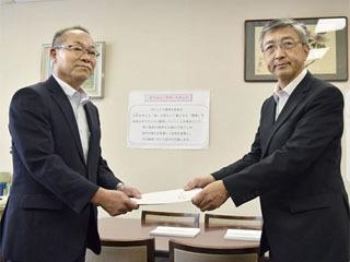 農水省幹部に要望書を提出する香川県副知事(右)