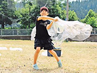 投網の投げ方の練習をする児童