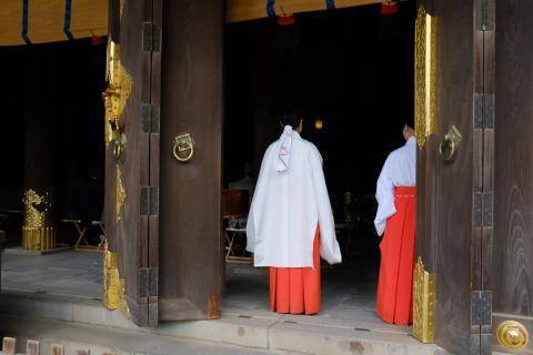 09三嶋大社拝殿の巫女