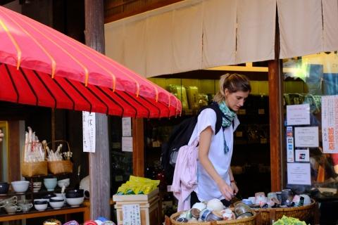 21a谷中銀座陶器を選ぶ女性