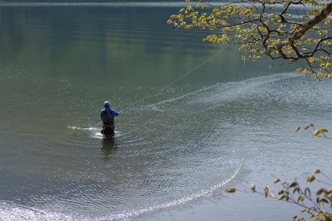 08湯の湖釣り人