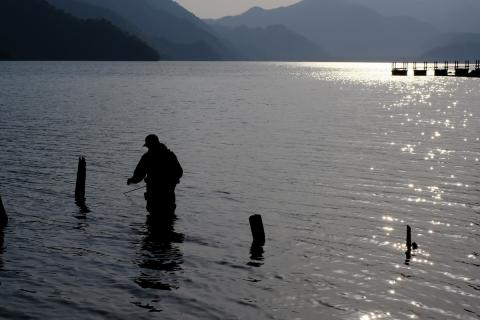 14中禅寺湖釣り人