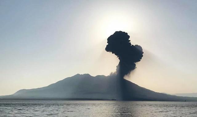 逆光桜島噴煙