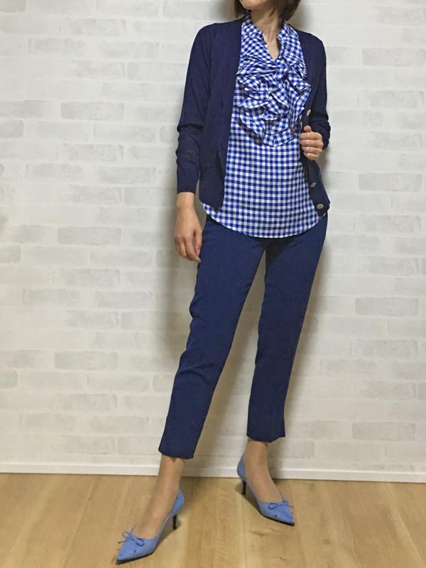 イリゼのVネックカーディガンとフラスクのセンタープレスのベルト付きパンツ