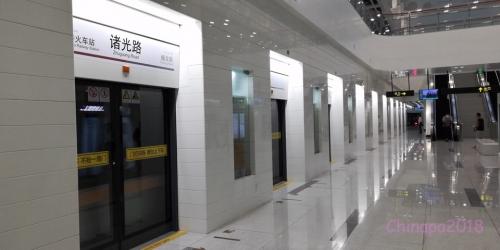 上海地下鉄・ホームドアというより、完全にドアです